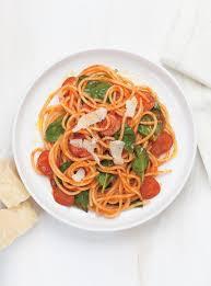 cuisinez v spaghettis au saucisson et aux épinards ricardo