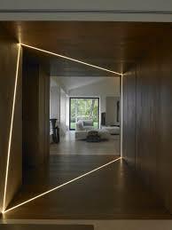 home interior lighting design utilisation intéressante des lumières dans ce couloir effet