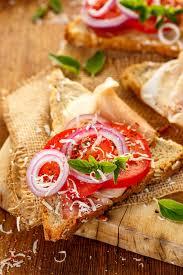 origan frais en cuisine sandwich avec du jambon la tomate le fromage l oignon et l
