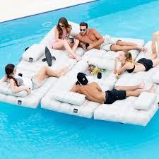 canap gonflable piscine une bouée canapé de piscine pour glander à plusieurs topito