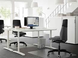 bureau paysager bureau paysager avec deux bureaux blancs à hauteur réglable en