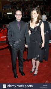 steven soderbergh and his wife jules asner at the premiere of