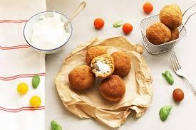 cuisine sicilienne arancini arancini fourrées à la mozzarella croquettes de riz siciliennes