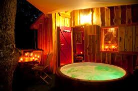 chambre pour une nuit en amoureux la cahute romantique cabane dans les arbres avec spa la cahute