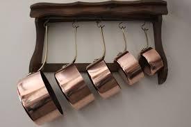 batterie de cuisine en cuivre a vendre 5 casseroles en cuivre avec étagère en bois catawiki