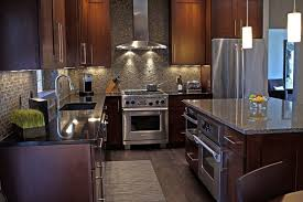 cuisine armoire brune stuc décor plafond