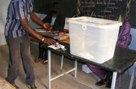 bureau de vote senetoile insolite un malade mental entre dans un bureau de
