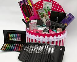 makeup gift baskets this gift basket is of awesome beauty and makeup items how