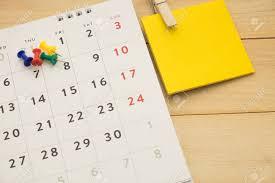 le de bureau à pile vue de dessus pile de poteau mettant sur le calendrier de bureau et