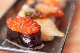 cuisine traditionnelle japonaise sushi japonais rouleau de poisson fumé et oeufs nourriture