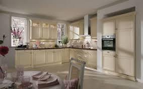 küche und co bielefeld inselküche mit vitrinen oberschränken weiß eiche küche co
