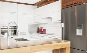 cuisine blanche classique rideaux marron à motifs floraux armoire de cuisine blanche classique