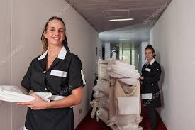 hotel femme de chambre deux femmes de femme de chambre dans un hôtel de nettoyage