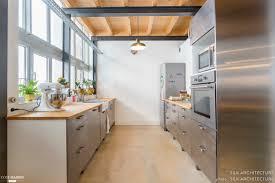 cuisine tout inox cuisine tout en longueur à l esprit industriel avec mobilier en