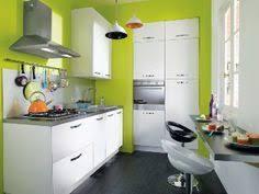 cuisine blanche et verte cuisine coloré et lumineuse est très fonctionnelle