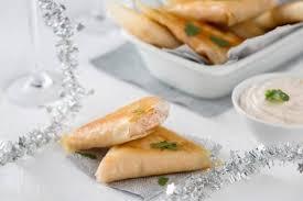 cuisiner le saumon frais recette de samoussa de saumon frais et fumé coriandre et combava