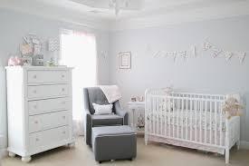 chambre bébé fille rose gris rideaux roses murs blanc gris