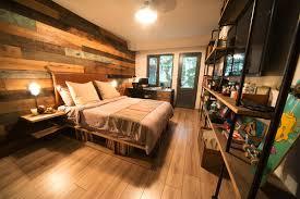 chambre bois chambre avec plancher lit étagères et murs en bois ch enfant