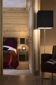 chambre en lambris bois chambre chalet lambris décoration bois tête de lit baroque
