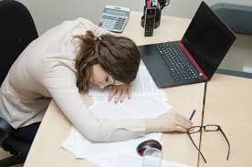 ennui au bureau femme fatiguée endormie sur un lieu de travail au bureau image