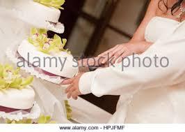 hochzeitstorte brautpaar brautpaar schneidet hochzeitstorte an bridal cutting
