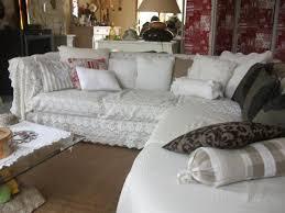 jeté canapé d angle le salon canapé d angle recouvert d un jete de lit ancien avec