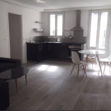 parquet stratifié dans cuisine décoration salon moderne avec cuisine ouverte et revêtement de sol