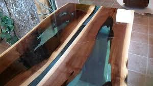 resine epoxy sur bois table en noyer rivière table rivière youtube