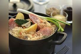 cuisiner choucroute cuite cassolette de choucroute et saucisses de montbéliard recette