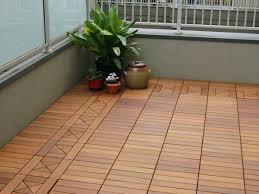 holzbelag balkon terrasse und balkon holzfliesen ideen und andere bodenbeläge