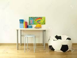 bureau coloré enfants chambre avec bureau coloré et pouf banque d images et photos