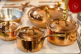 batterie cuisine cuivre cuivre batterie de cuisine casseroles et poêles sont sur le