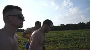 imagenes para perfil de jovenes grupo de jóvenes recorre camino rural en el co con la llamarada