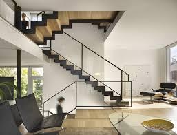 holz fã r treppen moderne treppen schwarz holz gerade laufplatten glas geländer
