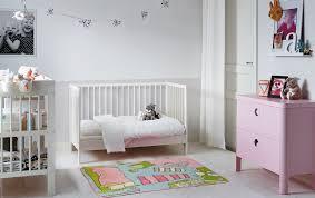 photo chambre bebe chambre bébé avec petit lit blanc