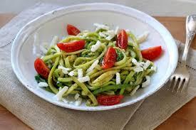 comment cuisiner la courgette recette spaghettis de courgette au pesto et féta en pas à pas