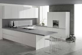 plan de travail cuisine blanche cuisine blanche avec plan de travail gris en photo