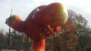 thanksgiving parade tv schedule giant balloons float through manhattan in macy u0027s thanksgiving day
