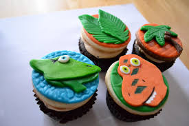 oh just put a cupcake in it dinosaur train cake and cupcakes