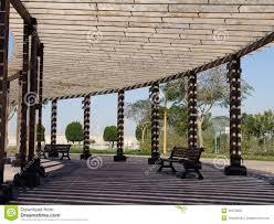 photos de pergola bank onder een in de schaduw gestelde pergola in park stock foto