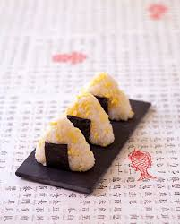 cuisine riz onigiri de riz aux oeufs brouillés cuisine japonaise les