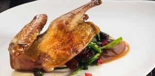 pigeon cuisine pigeon rôti aux épinards pralines et raisins secs facile recette
