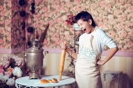 maman baise en cuisine images gratuites homme la photographie cadeau repas printemps