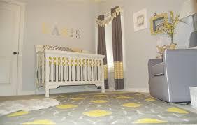 chambre bébé blanc et gris chambre enfant tapis chambre bébé gris calir motifs jaunes lit bébé