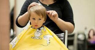 coupe de cheveux tondeuse sa première coupe de cheveux santé enfant soins au quotidien