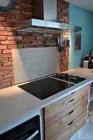 briques cuisine crédence de cuisine en briques rouges et plan de travail en résine