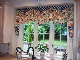 love this valance with the contrasting black and white checks