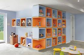 rangement dans chambre rangement des jouets au design ludique pour une chambre d enfant