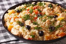 cuisine arabe cuisine arabe couscous avec le poulet et les légumes en gros plan