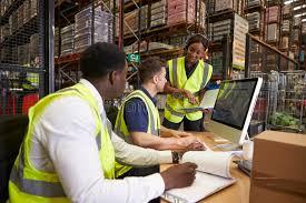 bureau logistique team en discutant la logistique d entrepôt dans un bureau sur